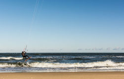 Kiteboarder летая над волнами Стоковые Фото