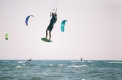 Kiteboarder atlety spełniania kiteboarding kitesurfing sztuczki Zdjęcia Stock