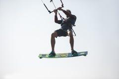 Kiteboarder atlety spełniania kiteboarding kitesurfing sztuczki Fotografia Stock