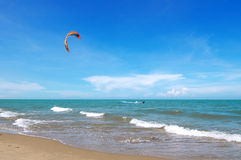 Kiteboarder, das in das blaue Meer surft Lizenzfreie Stockfotos