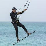 Kiteboarder, das einen Sprung Carlota-Strand macht stockfotografie
