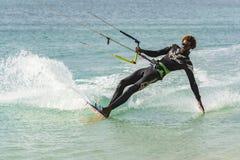 Kiteboarder, das Handboa Vista eintaucht lizenzfreie stockfotografie