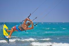 Kiteboarder die kiteboarding sprongen en trucs uitvoeren Royalty-vrije Stock Afbeeldingen