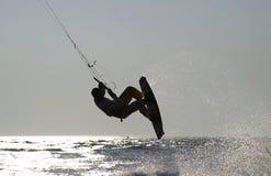 Kiteboarder die voor een sprong opstijgt Stock Afbeelding
