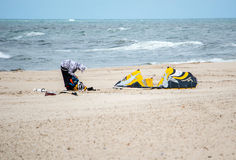 Kiteboarder getting ready Royalty Free Stock Photography