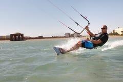 Kiteboarder goza el practicar surf Imagen de archivo libre de regalías