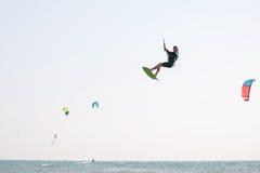 Kiteboarder idrottsman nen som utför kiteboarding kitesurfing trick Royaltyfri Bild