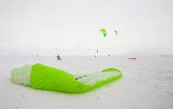 Kiteboarder mit Drachen auf dem Schnee Lizenzfreies Stockbild