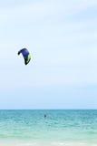 Kiteboarder op overzees Stock Afbeeldingen