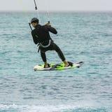 Kiteboarder que faz um salto Vape Verde imagem de stock