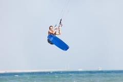 Kiteboarder Sprünge Stockbild