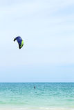 Kiteboarder sur la mer Images stock