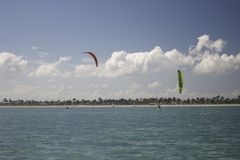 Kiteboarders en Camagüey, Cuba cerca de Santa Lucia Imagen de archivo