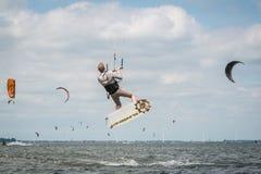 Kiteboarders que practica en los Países Bajos imagen de archivo libre de regalías
