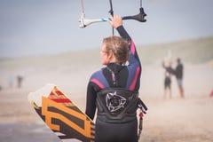Kiteboarders que practica en los Países Bajos fotos de archivo libres de regalías