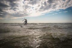 Kiteboarders que practica en los Países Bajos fotografía de archivo
