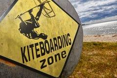 Kiteboarding在一个沙滩的地区信号 极其体育运动 免版税库存照片