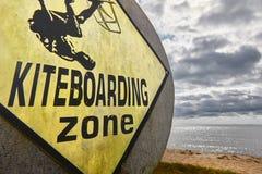 Kiteboarding在一个沙滩的地区信号 极其体育运动 免版税库存图片