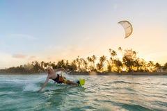 Kiteboarding Διασκέδαση στον ωκεανό Ακραίος αθλητισμός Kitesurfing στοκ εικόνα με δικαίωμα ελεύθερης χρήσης