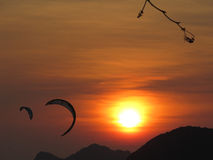 kiteboarding ηλιοβασίλεμα Στοκ εικόνες με δικαίωμα ελεύθερης χρήσης