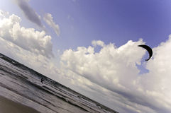 Kiteboarding σε μια ακτή Μεσογείων Στοκ φωτογραφία με δικαίωμα ελεύθερης χρήσης