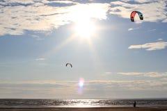 Kiteboarding, солнце и пляж или природа стоковое фото