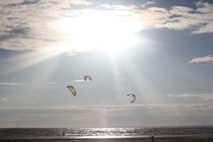 Kiteboarding, солнце и пляж или природа Стоковые Изображения