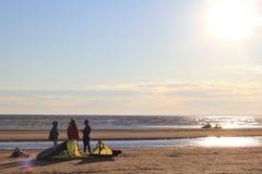Kiteboarding, солнце и пляж или природа стоковые фотографии rf