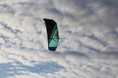 Kiteboarding, солнце и пляж или природа Стоковое Изображение