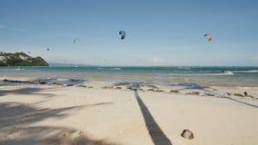 Kiteboarding 享受风的能量的在海滩的人们博拉凯海岛  菲律宾 股票视频