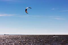 Kiteboarding al golfo di Finlandia Immagini Stock