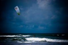 Kiteboarding als onweer rolt binnen Royalty-vrije Stock Foto