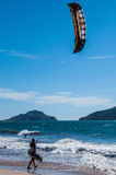 Kiteboarding andante dell'uomo Immagini Stock Libere da Diritti
