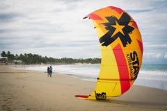 Kiteboarding in de Caraïben in D r stock foto