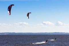 Kiteboarding en el golfo de Finlandia Foto de archivo libre de regalías