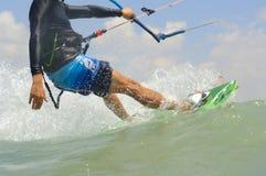 Kiteboarding en una costa de mar Mediterráneo Imagenes de archivo
