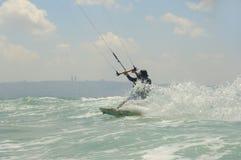 Kiteboarding en una costa de mar Mediterráneo Foto de archivo libre de regalías