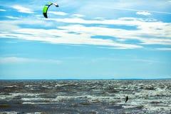 Kiteboarding está ligada e esporte à superfície da àgua que combina aspectos de wakeboarding, windsurfe, surfando, parapente, ska fotografia de stock royalty free
