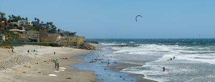 Kiteboarding et vent surfant en Californie image libre de droits