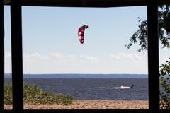 Kiteboarding am Finnischen Meerbusen Stockfotos