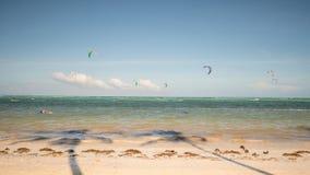 Kiteboarding Folk som tycker om energin av vinden på stranden av ön av Boracay philippines Royaltyfria Foton