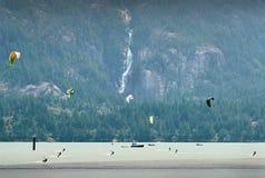 Kiteboarding, Howe Sound, Columbia Británica foto de archivo libre de regalías