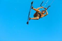 Kiteboarding, Kitesurfing Ακραίος αθλητισμός νερού Αέρας Acti Surfer Στοκ Φωτογραφία