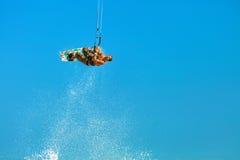 Kiteboarding, Kitesurfing Deportes acuáticos extremos Aire Acti de la persona que practica surf Foto de archivo libre de regalías