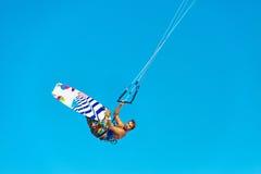Kiteboarding Kitesurfing Extrema vattensportar Surfareluft Acti Arkivfoton