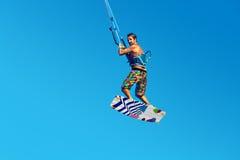 Kiteboarding Kitesurfing Extrema vattensportar Surfareluft Acti Royaltyfria Bilder