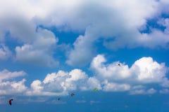 Kiteboarding konkurrens, drakar i himlen Fotografering för Bildbyråer