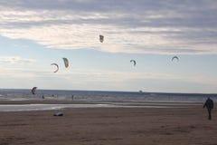 Kiteboarding, koude en strand of aard Stock Fotografie