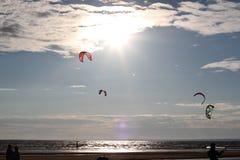Kiteboarding, koude en strand of aard Royalty-vrije Stock Afbeeldingen
