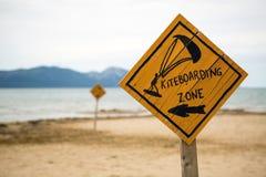 Kiteboarding, muestra kitesurfing de madera en la playa Imagen de archivo libre de regalías